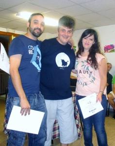 Dos voluntarios junto a un usuario de APAEX.