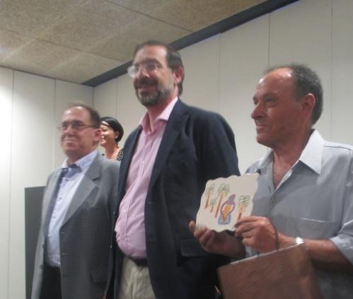 Manuel Agulló, presidente de APAEX y Pujalte, concejal de acción social, junto a uno de los usuarios veteranos de APAEX.