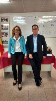 """Mariela García Antón, agente de igualdad de Infodona, y Manuel Agulló Agulló, presidente de APAEX Elche, en la conferencia sobre """"mujer y trabajo"""""""