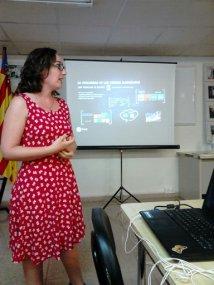 Mireia Pascual en su conferencia de alcohol y publicidad.